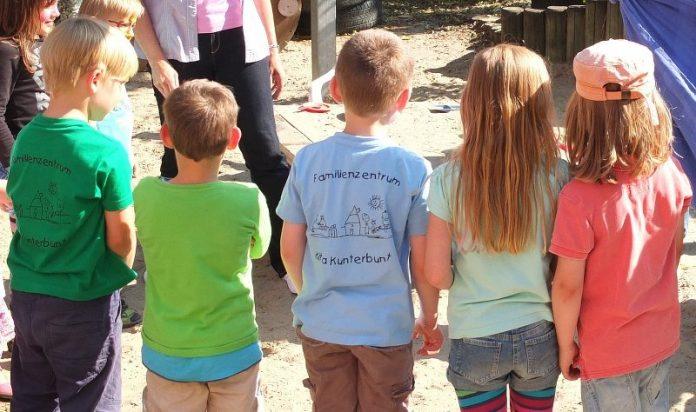 Kinder mit dem Rücken zur Kammera
