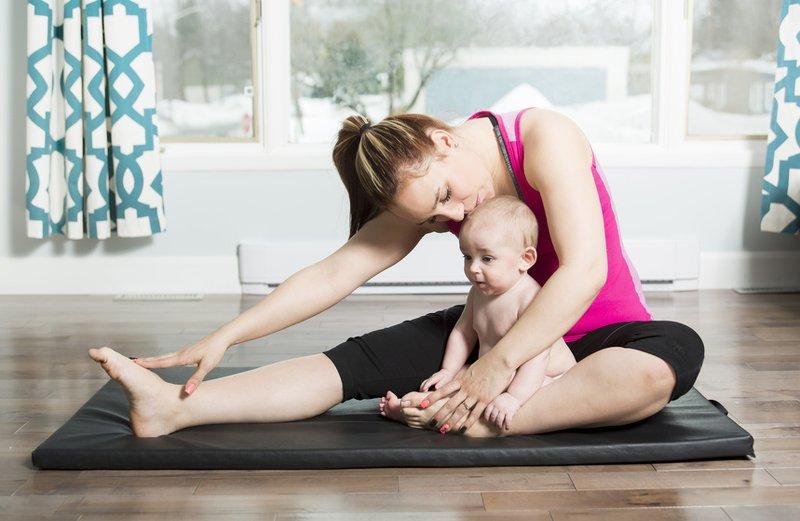 Beim Mutter-Kind-Yoga könnt ihr schon die ganz kleinen einbeziehen (c) pololia - fotolia.com